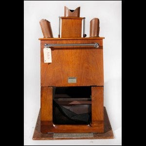 Photo of an antique shoe-fitting fluoroscope.