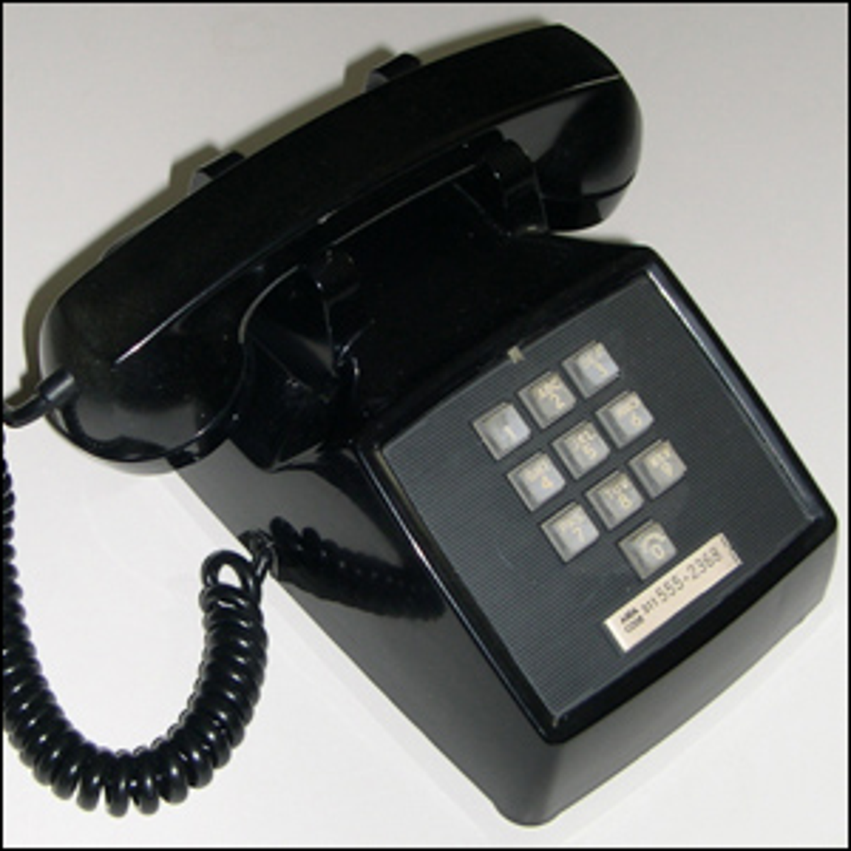 Photo of an old Western Electric WE 1500 desk phone.