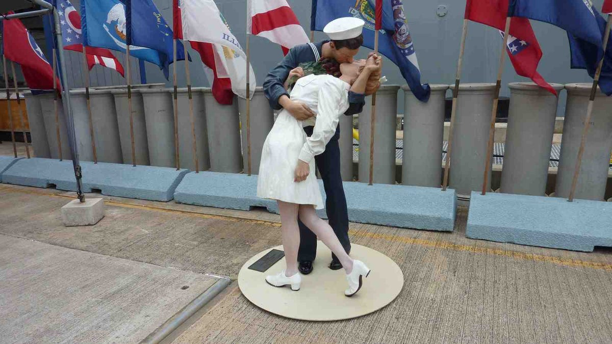 A statue of the iconic Time Square kiss