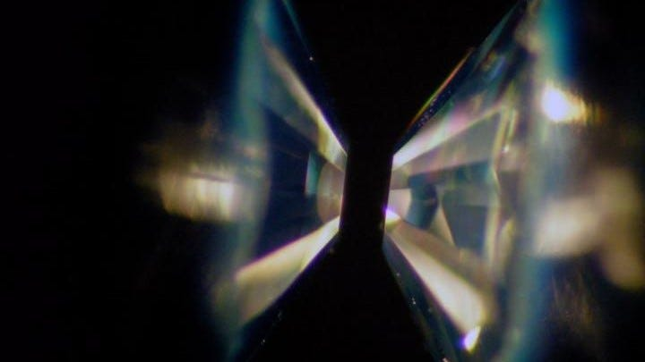 Two flat-headed diamonds close to each other illustrating a diamond-anvil cell